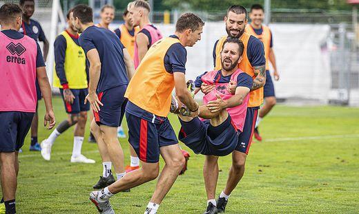 Spaß muss sein: Saravanja (links) und Gkezos tragen Kapitän Zakany auch gern mal auf Händen