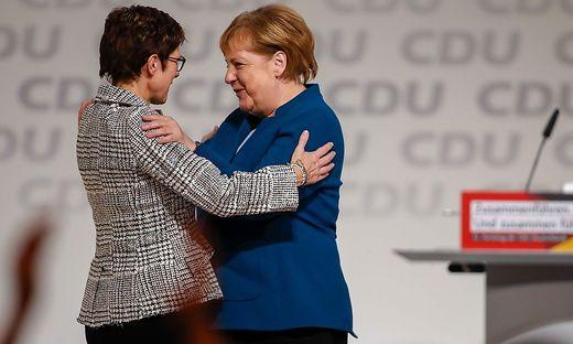CDU-Chefind Annegret Kramp-Karrenbauer bei der Übernahme von Angela Merkel