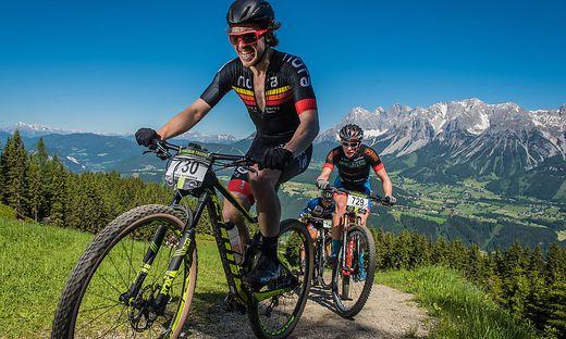 Bei der Alpentour Trophy quälen sich die Mountainbiker durch das spektakuläre steirische Bergpanorama
