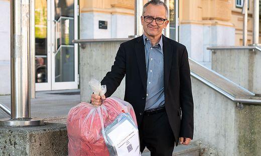 Felix Kucher, Direktor des Villacher Peraugymnasiums wartet mit den Gurgeltests auf den Abholdienst