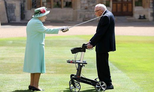 """Ritterschlag auf Schloss Windsor: Die Queen adelt """"Captain Tom"""""""