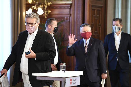 Gesundheitsstadtrat Peter Hacker (links) und Bürgermeister Michael Ludwig (mit roter Maske)