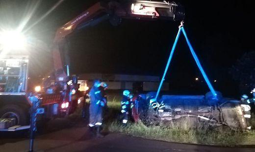 Das Cabrio musste von der Feuerwehr geborgen werden.