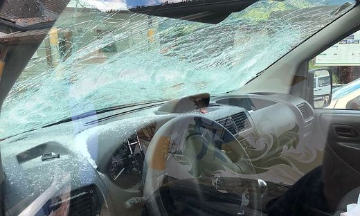 Eines der durch den gefällten Maibaum zerstörten Autos