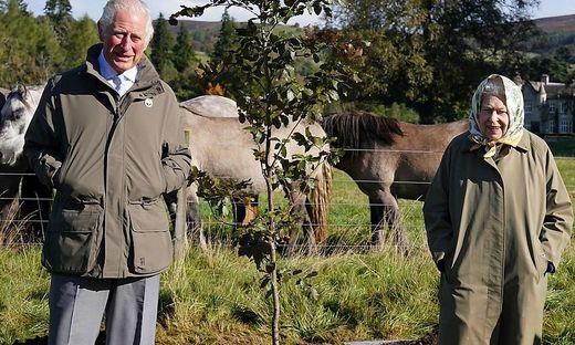 """Natur ist einfach königlich:  Charles, der seit jeher eine """"grüne Ader"""" hat, mit seiner Mutter, Königin Elisabeth II., in Schottland"""