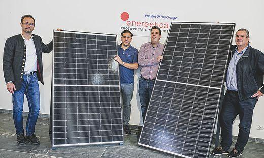 """Andreas Kogler mit Söhnen Andreas jun. und Georg, sowie Rene Battistutti präsentieren """"intelligente PV-Module"""" der Energetica. 106 Mitarbeiter sind in der mit Robotern bestückten Fabrik tätig"""