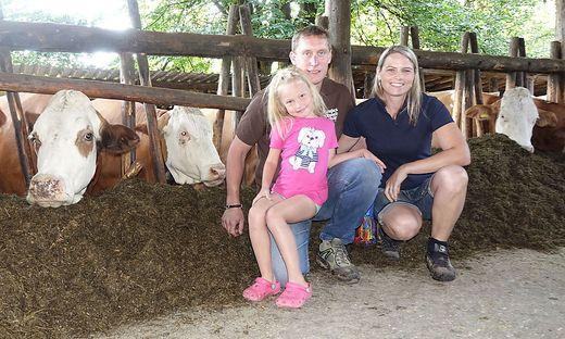 Christian und Eva Maria Rechberger mit ihrer Tochter Magdalena im Kuhstall