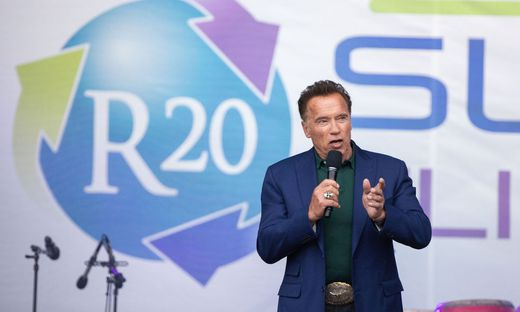 Arnold Schwarzenegger ist ganz der stolze Opa