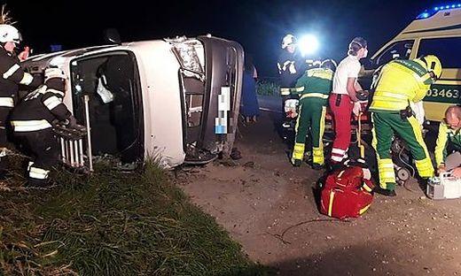 Als die Einsatzkräfte an der Unfallstelle ankamen, befand sich der Mann noch im Wagen