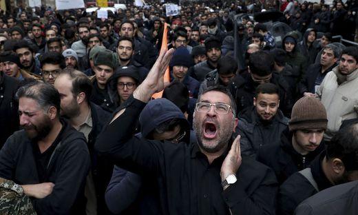 Tausende Iraker beim Trauerzug für den getöteten iranischen General Qassem Soleimani