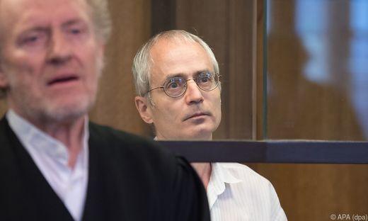 Der Angeklagte aus Andernach in Rheinland-Pfalz wurde außerdem wegen versuchten Mordes an einem Polizisten verurteilt