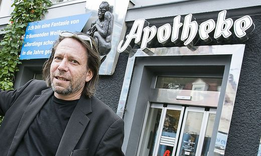 Christian Müller vor seiner Apotheke