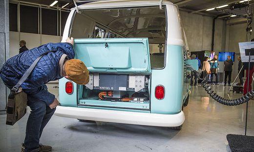 Überraschung: Ein E-Antrieb in einem alten VW Bulli. Das ist eher ungewöhnlich, E-Autos werden bald zum Straßenalltag gehören