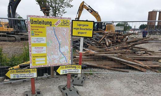 Der Puchsteg ist abgerissen, Radfahrer werden auf Umleitungen hingewiesen