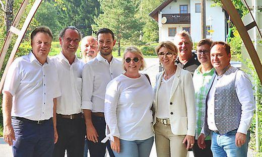 Landes- und Kommunalpolitiker am Eingang des Slow Trails in Hermagor