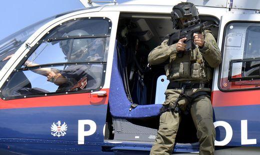 """Der Polizeihubschrauber kreiste über der Stadt und auch die Sondereinsatzgruppe """"Cobra"""" war unterwegs"""