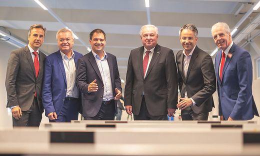 Die steirische und Grazer Polit-Spitze eröffnete den neuen Mitteltrakt des ASKÖ-Stadions Graz-Eggenberg: Bürgermeister Nagl, Landesrat Lang, LH-Stv. Schickhofer, LH Schützenhöfer, Sport-Stadtrat Hohensinner, ASKÖ-Präsident Widmann