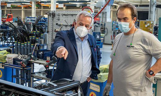 Investor Siegfried Wolf bei einem Besuch der Produktionsstraße des MAN-Werks Steyr