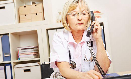Am Wochenende und in der Nacht gibt es den hausärztlichen Bereitschaftsdienst unter 141