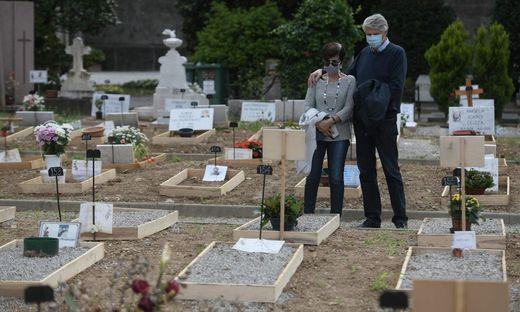 Trauernde auf einem Friedhof in der italienischen Stadt Bergamo
