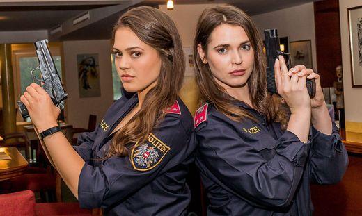 """Karharina Scheuba (links) und Roxanne Rapp stehen für """"Schönwetter-Bullen – Dienst ohne Vorschrift"""" vor der Kamera"""