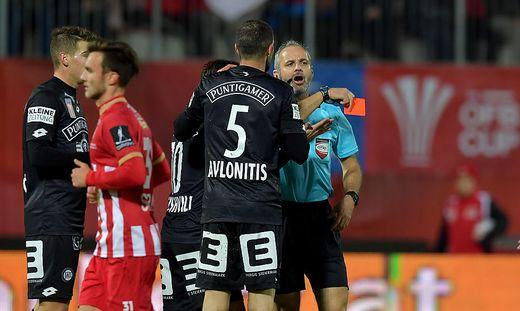 Schiedsrichter Rene Eisner zeigte Anastasios Avlonitis die rote Karte