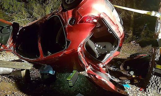 Das Unfallopfer musste von der Feuerwehr aus dem Fahrzeug befreit werden