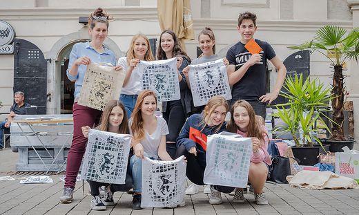 Die Schülerinnen mit den fertigen Taschen, die gegen eine freiwillige Spende verkauft wurden