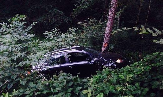 Das Auto blieb in den Bäumen hängen