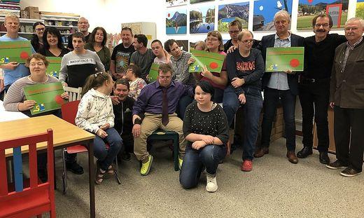 Fotograf Walter Mietschke, Helmuth Ploschnitznigg und Gernot Pirkwieser von der Gemeinde Judenburg (von rechts) mit den Künstlerinnen und Künstler