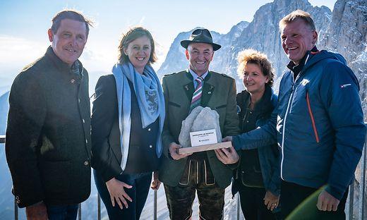 Gipfeltreffen am Dachstein:  STR Peter Hanke (Stadt Wien), LR Barbara Eibinger-Wiedl (Land Steiermark), BGM Ernst Fischauer (Ramsau), LR Ursula Lackner (Land Steiermark), Michael Strebl (GF Wien Energie) (v.l.n.r.)