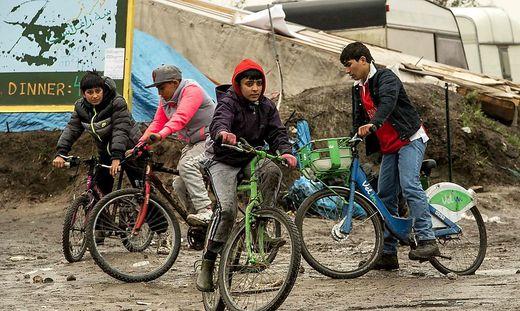 Flüchtlingskinder im sogenannten Dschungel von Calais kurz vor seiner Zerstörung