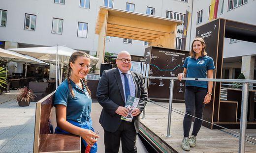 Igor Pucker, Leiter der Kulturabteilung, bei der mobilen Ausstellung zum 100-jährigen Jubiläum der Volksabstimmung in Villach