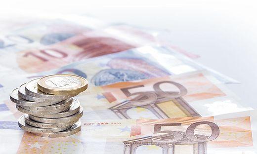 Euromuenzen im Stapel auf  Eurogeldscheinen, Panorama, Hintergrund