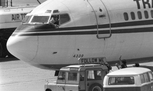 Archivbild: Einer der Entführer hält eine Waffe auf ein Kamerateam
