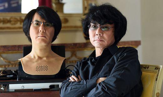 Roboterforscher Hiroshi Ishiguro und ein Android nach seinem Ebenbild