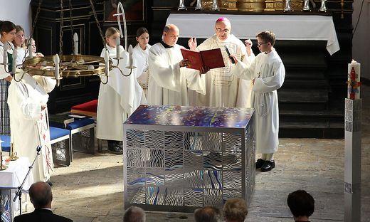 Bischof Wilhelm Krautwaschl bei der Altarweihe