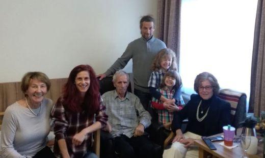 Ein Bild aus besseren Zeiten: Peter Lokuschek (M.) mit Familie, die ihn in der Coronazeit nicht besuchen darf