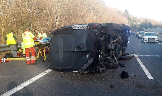 Der Lenker des Kleintransporters wurde schwer verletzt
