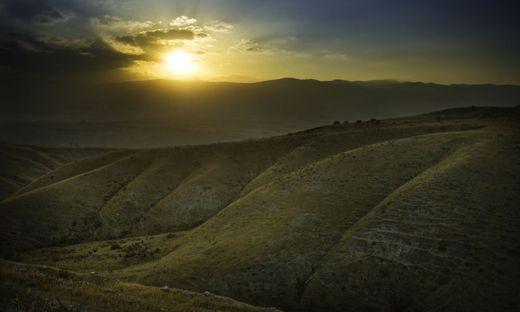 Ex oriente lux –aus dem Osten das Licht. Über den Hügeln von Galiläa, wo Jesus lebte und wirkte, geht die Sonne auf