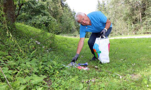 Albert Strießnig beim Sammeln von Müll