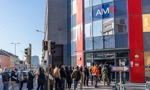 Im März 2020 kam es zu langen Schlangen vor den Geschäftsstellen des AMS Steiermark