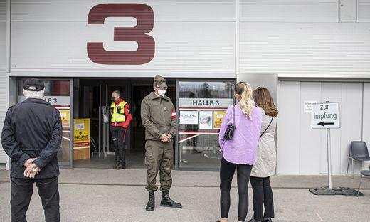 Nach dem Chaos vom Samstag, war es am Sonntag gegen 16.30 Uhr ruhig vor dem Impfzentrum in Klagenfurt