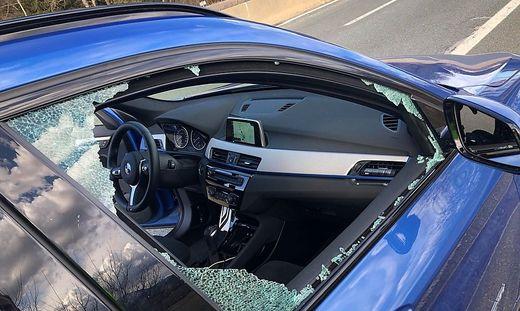 Eine Scheibe des getroffenen Autos wurde komplett zerstört