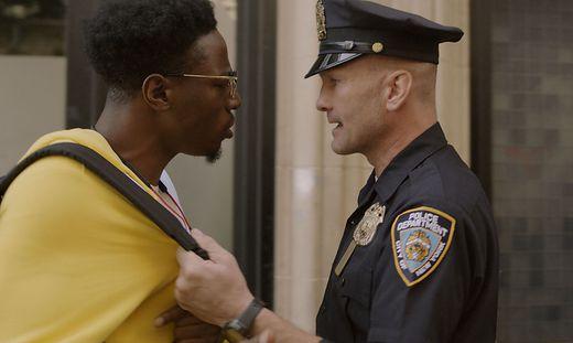 "Joey Badass als Carter und Andrew Howard als Officer Merk in ""Two Distant Strangers"""