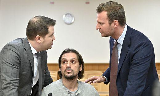 Ex-Fußballer Sanel Kuljic (mitte)