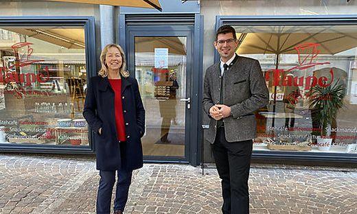 Marktplatz Mittelkärnten-Obfrau Ingrid Bachler und  Landesrat Martin Gruber vor Taupe's Genussschmiede in St. Veit