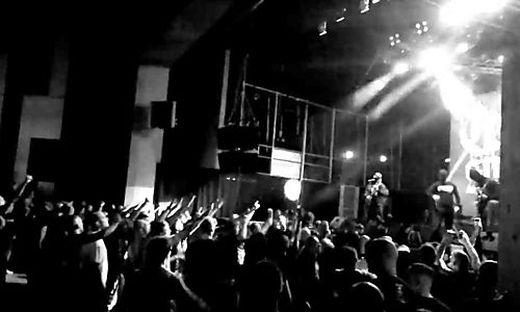 Die Band bei einem Auftritt in Kiew vor Hunderten Fans, viele mit eindeutigem Gruß
