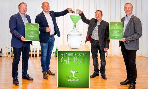 Die beiden Landessieger Helmut Pronegg vom Auszeithof (2.v.l.) und Otmar Trunk (2.v.r.) beim Befüllen des Glasballons, assistiert von Bürgermeister Erich Plasch (l.) und Tourismusobmann Herbert Germuth (r.)