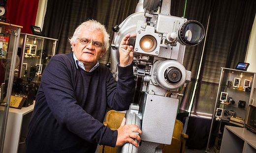 Klaus Pertl in seinem Kinomuseum. Derzeit bereitet er gerade die nächste Sonderausstellung vor